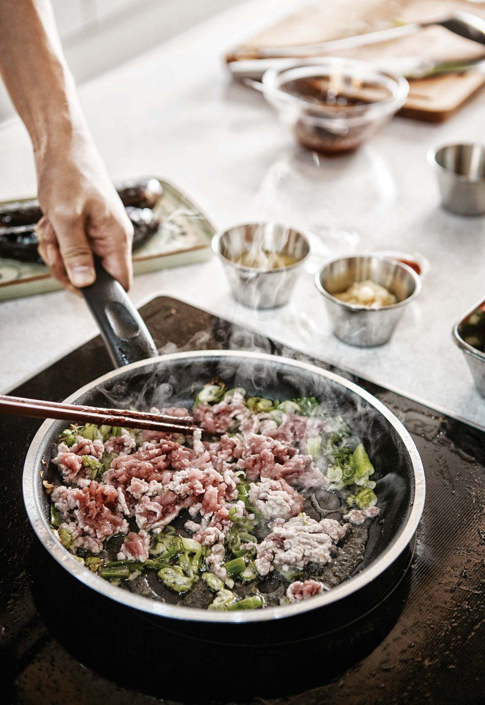 어향가지 위에 얹을 소스를 프라이팬에 볶고 있다. 다진 돼지고기와 함께 대파와 마늘, 생강, 고추와 두반장, 진간장, 식초, 설탕을 넣어 간한다.