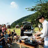 행사에 초대된 20명의 참가자 앞에서 요리 시연을 하고 있는 최현석 셰프.