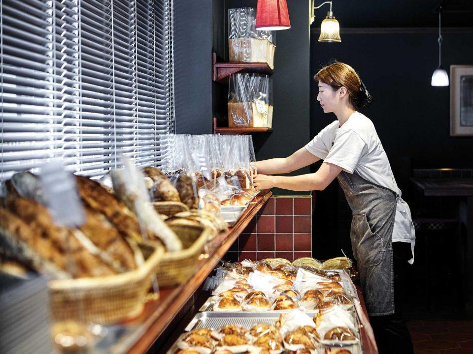 구워진 빵은 차례대로 1층의 진열대에 자리를 잡는다.