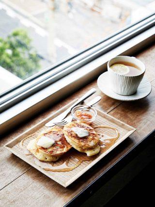 디자인 래버토리 아오에서 맛본 핫케이크와 진저레몬티. 정갈한 담음새가 음식의 맛을 한껏 돋워준다.