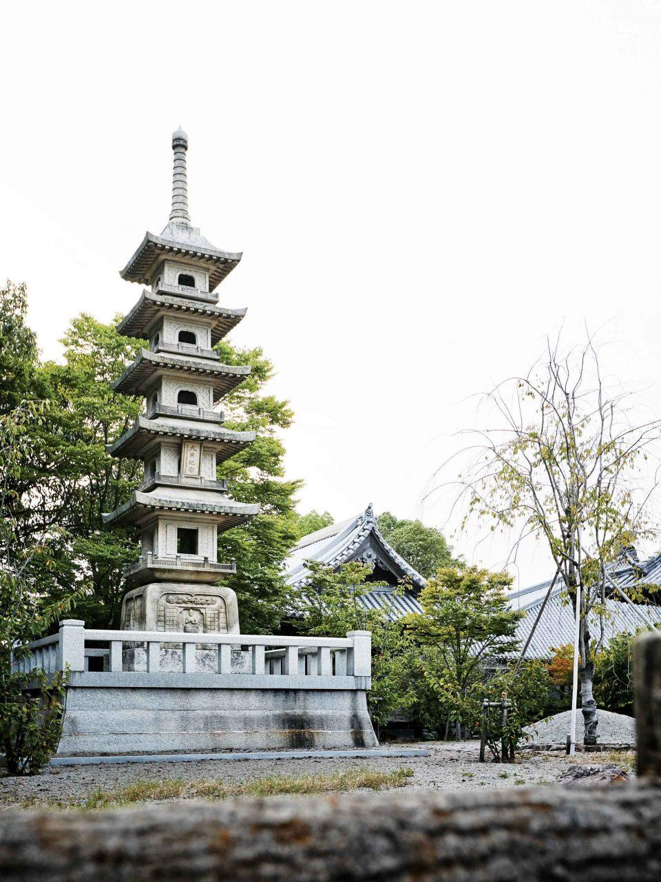 야시마 전망대로 향하는 길에 서 있던 석탑. 고즈넉한 분위기를 자아낸다.