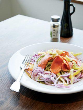 올리브를 넣고 만든 파스타 면 위에 각종 채소, 훈제 연어를 올리고 레몬 올리브 소스로 맛을 낸 콜드 파스타.