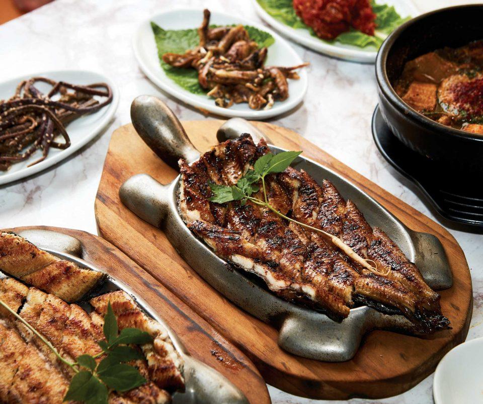 구진포 장어거리에 있는 대승장어는 뜨거운 철판 위에 먹기 좋게 구운 장어가 올려져 나온다. 특히 직접 만든 특제 소스를 발라 구운 양념구이를 추천한다.
