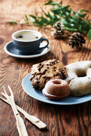 메밀을 사용해 빵을 만드는 브레드 메밀은 다른 곳에서는 맛볼 수 없는 특색 있는 빵으로 가득하다. 커피에는 특히 초코칩이 듬뿍 박힌 초코칩통밀스콘이 잘 어울렸다.