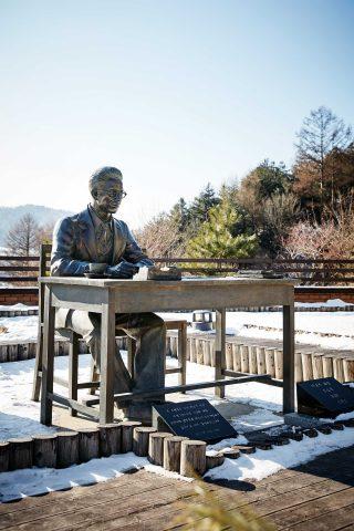 이효석문학관에 있는 소설가 이효석의 동상. 날씨가 추워서인지 어딘가 쓸쓸해 보였다.