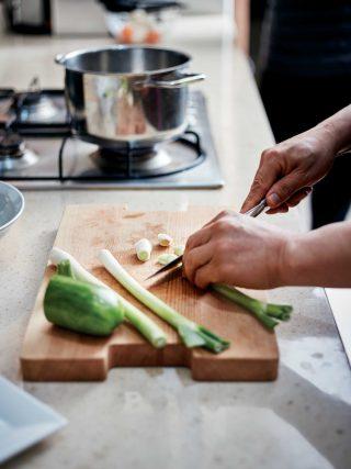 된장찌개에 넣을 파를 썰고 있다. 채소를 다듬는 솜씨에서 집밥의 내공이 엿보인다.