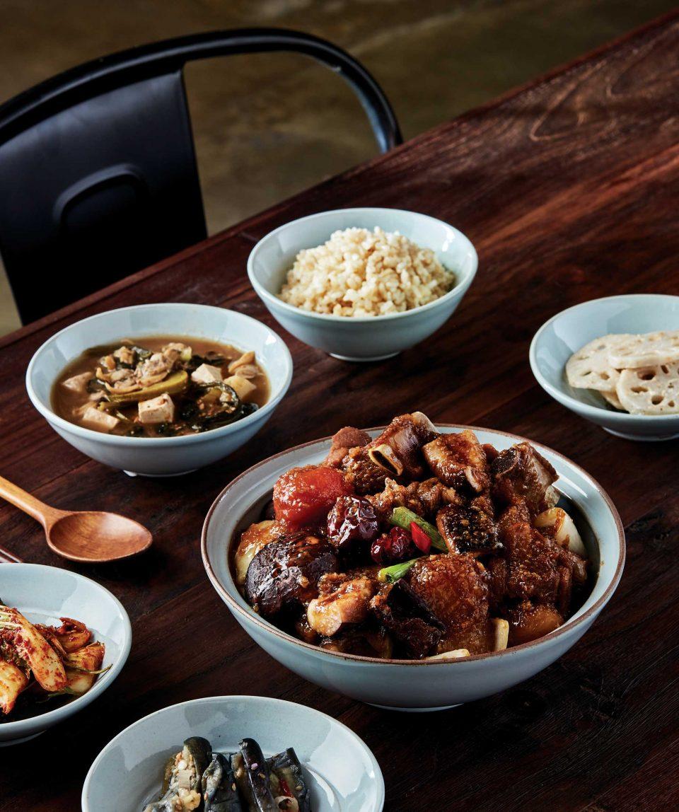 완성된 한식 반상. 요리연구가 홍신애가 전남 보성에서 지은 햅쌀로 지은 밥, 아욱과 바지락을 넣어 자작하게 끓인 된장찌개, 장광효만의 팁으로 완성된 푸짐한 갈비찜.