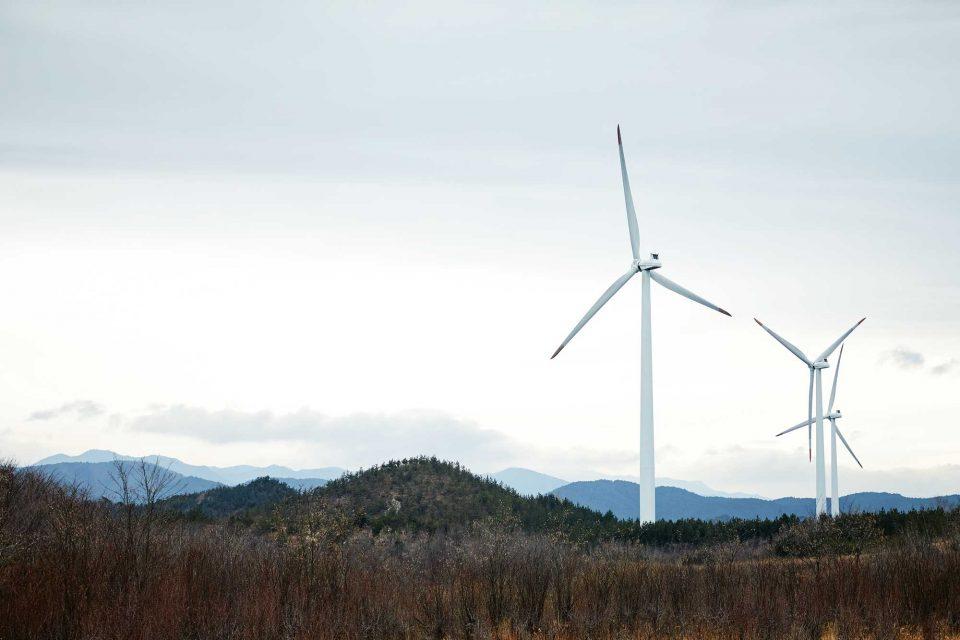 80m 높이의 풍력발전기들이 돌아가는 풍력발전단지의 경관은 웅장했다.
