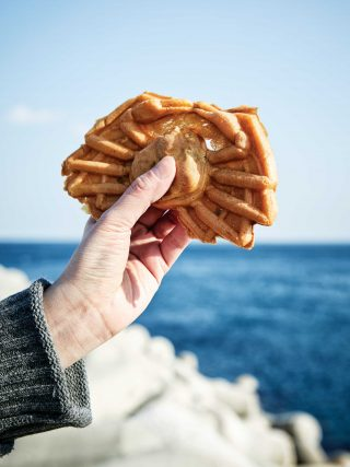 대게의 모양을 본떠 만든 대게빵. 달걀 맛이 진한 빵과 푸짐한 팥 앙금, 알알이 박혀 있는 호두 조각이 조화롭게 어우러졌다.