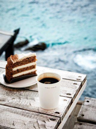 바다와 맞닿아 있는 카페 봄에서는 출렁이는 파도를 바라보며 커피와 디저트를 즐길 수 있다.