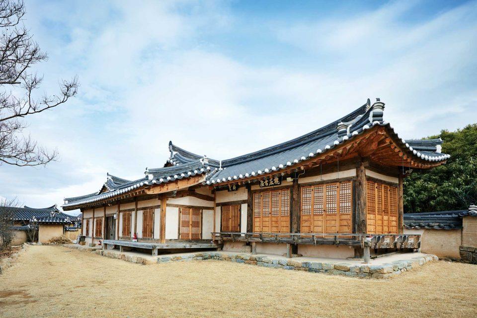 200년 이상의 세월을 간직한 고택들이 모여 있는 괴시리 전통마을.