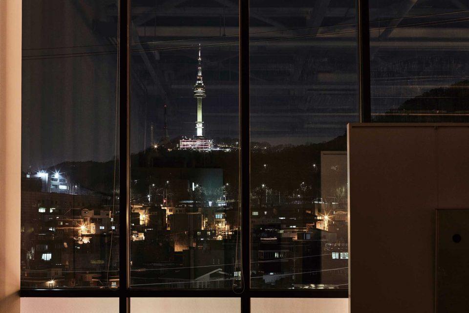 저녁 7시, 창밖으로 불을 밝힌 남산타워와 근사한 야경이 한눈에 들어온다.