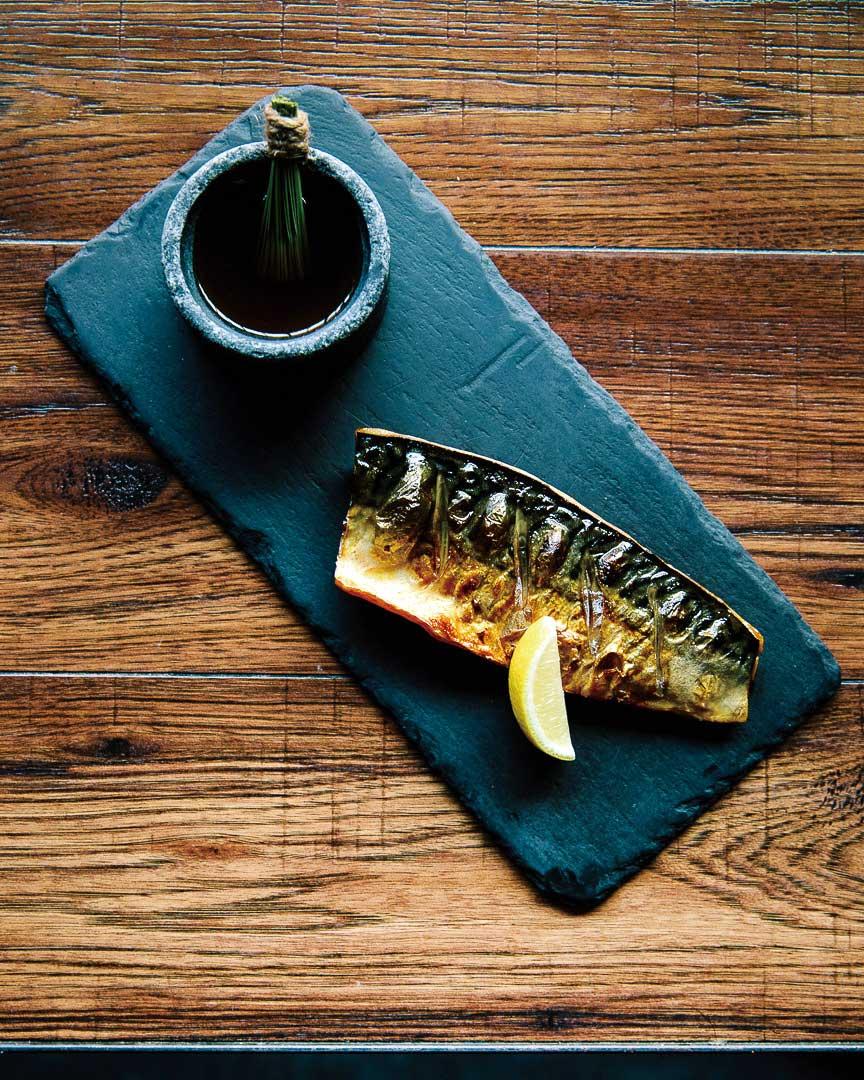 솔잎과 사과나무로 훈제한 고등어구이. 2015년 뉴욕 타임스 'Best Restaurant Dish of the Year'에 선정된 바 있다.