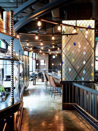 레스토랑 한편의 바에서는 가부키, 오사카 드라이, 하이볼 소다 등의 칵테일을 제조한다.