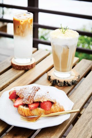 카페아늑의 메뉴들. 소보로라떼는 라떼, 크림, 소보로의 조합이 인상적이고 누텔라크로와상은 달콤한 누텔라 잼과 새콤한 딸기의 맛이 좋은 조합을 이룬다.