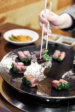 한때 SNS를 강타한 삼고집의 고기말이. 얼마나 익히느냐에 따라 다른 식감으로 즐길 수 있다.