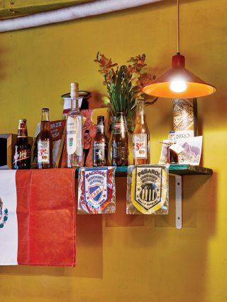 주인장이 수집해온 맥주병들과 손님들이 선물로 가져온 소품들이 선반을 가득 채우고 있다.