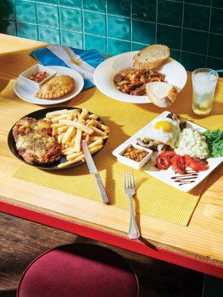남미식 만두 엠파나다와 소고기 찜 파스타, 소고기 등심 스테이크, 비프까스로 차려진 한 상.