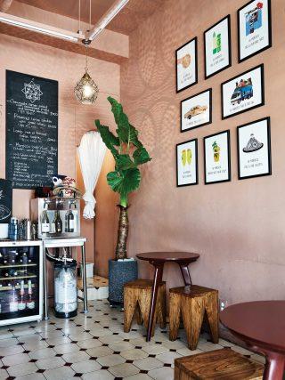 모로코코 카페의 인테리어. 벽면에는 모로코와 연관 있는 일러스트 액자가 붙어 있다.