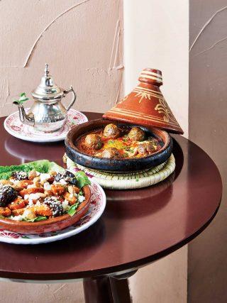 모로칸 민트티와 양고기타진, 당근샐러드. 타진은 모로코를 대표하는 냄비의 이름이자 요리명이다.
