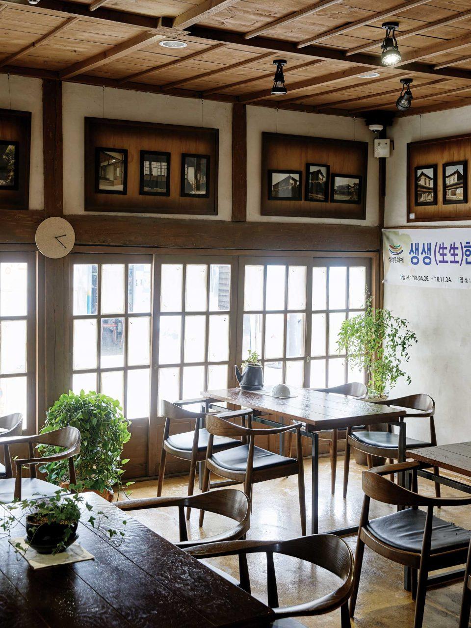 일본식 목조 건물의 구조를 고스란히 살려 복원해 카페, 전시관, 숙박 시설로 운영 중인 보성여관.