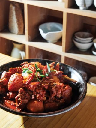 촌닭을 직접 잡아 만든 청광도예원의 닭볶음탕. 칼칼한 맛이 중독성 있다.