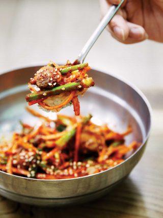 통통한 꼬막 살과 향긋한 미나리, 새콤달콤한 소스가 어우러져 입맛을 돋우는 거시기꼬막식당의 꼬막회무침비빔밥.