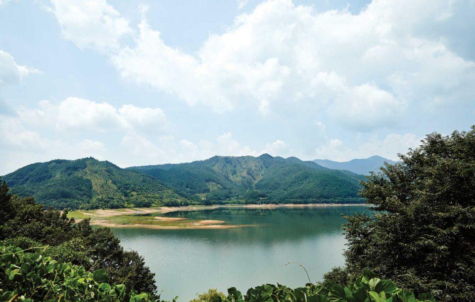 크고 맑은 호수와 주변을 둘러싸고 있는 적토가 만나 이국적인 정경을 연출하는 주암호의 모습.