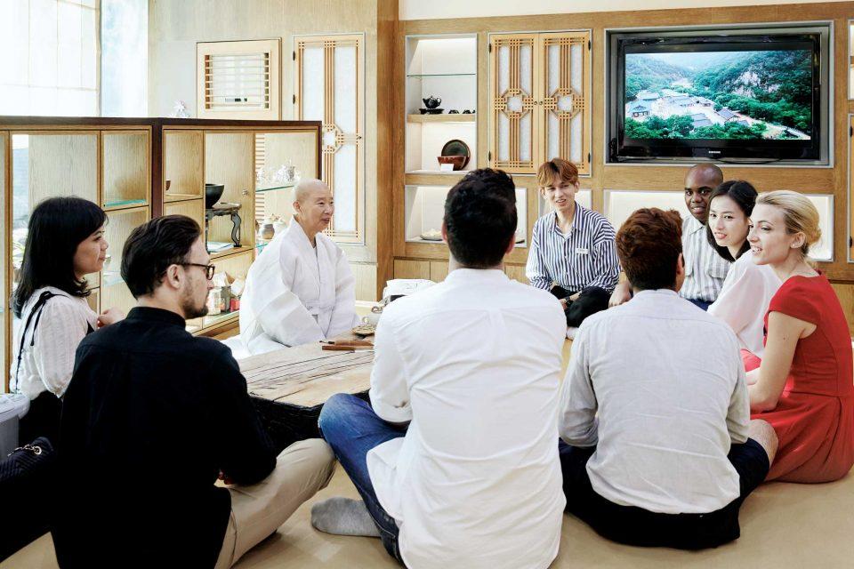 이날 8명의 외국인 게스트들은 정관스님과 함께 사찰음식을 경험한 소감에 대해 차례로 이야기를 나누었다.