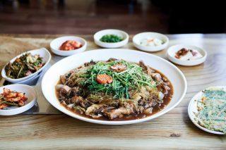 안동찜닭은 긴 역사를 자랑하진 않지만 닭을 여럿이서 함께 나눠 먹을 수 있도록 만든 따뜻한 마음에서 유래한 음식이다.