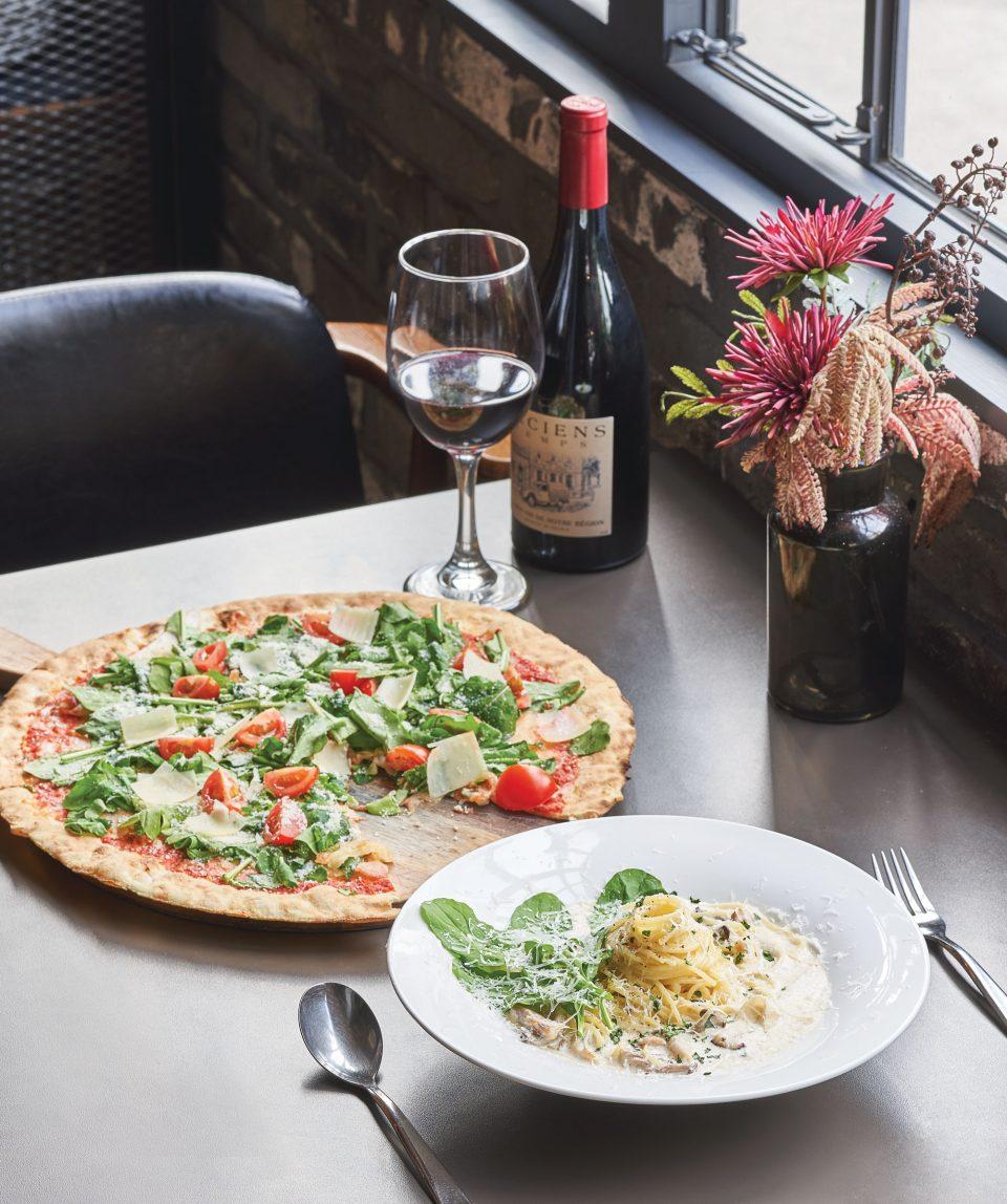 신선한 루꼴라가 토핑된 이탈리아 로마식 화덕피자와 고소한 풍미의 크림 파스타는 르미엘의 대표 메뉴이자 가수 정기고가 가장 사랑하는 음식이다.