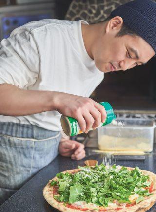 르미엘 이준호 대표가 풍성한 루꼴라 토핑 위에 파르메산 치즈를 뿌려 마무리하고 있다.