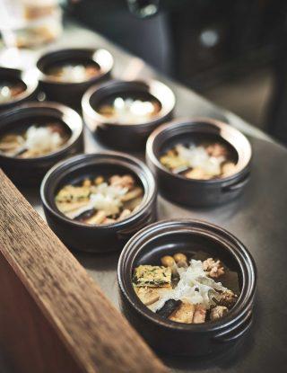 가장 맛있는 제철 재료들로 전을 부친 뒤 육수를 부어 끓이는 전유화 전골은 신선로에서 착안해 만든 메뉴다.