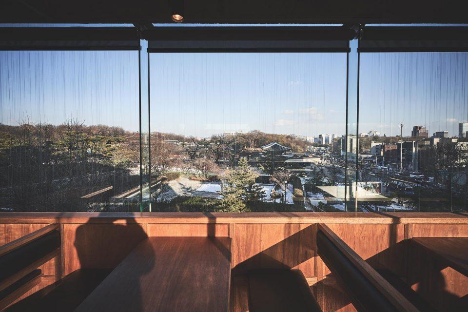 한식공간의 창 너머로는 창덕궁이 한눈에 내려다보인다.