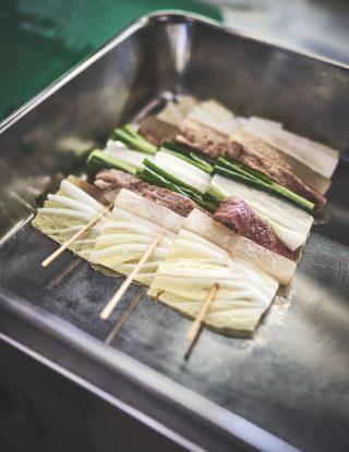 제철 채소와 소고기를 꼬치에 정성스럽게 꽂아 만든 산적꼬치.