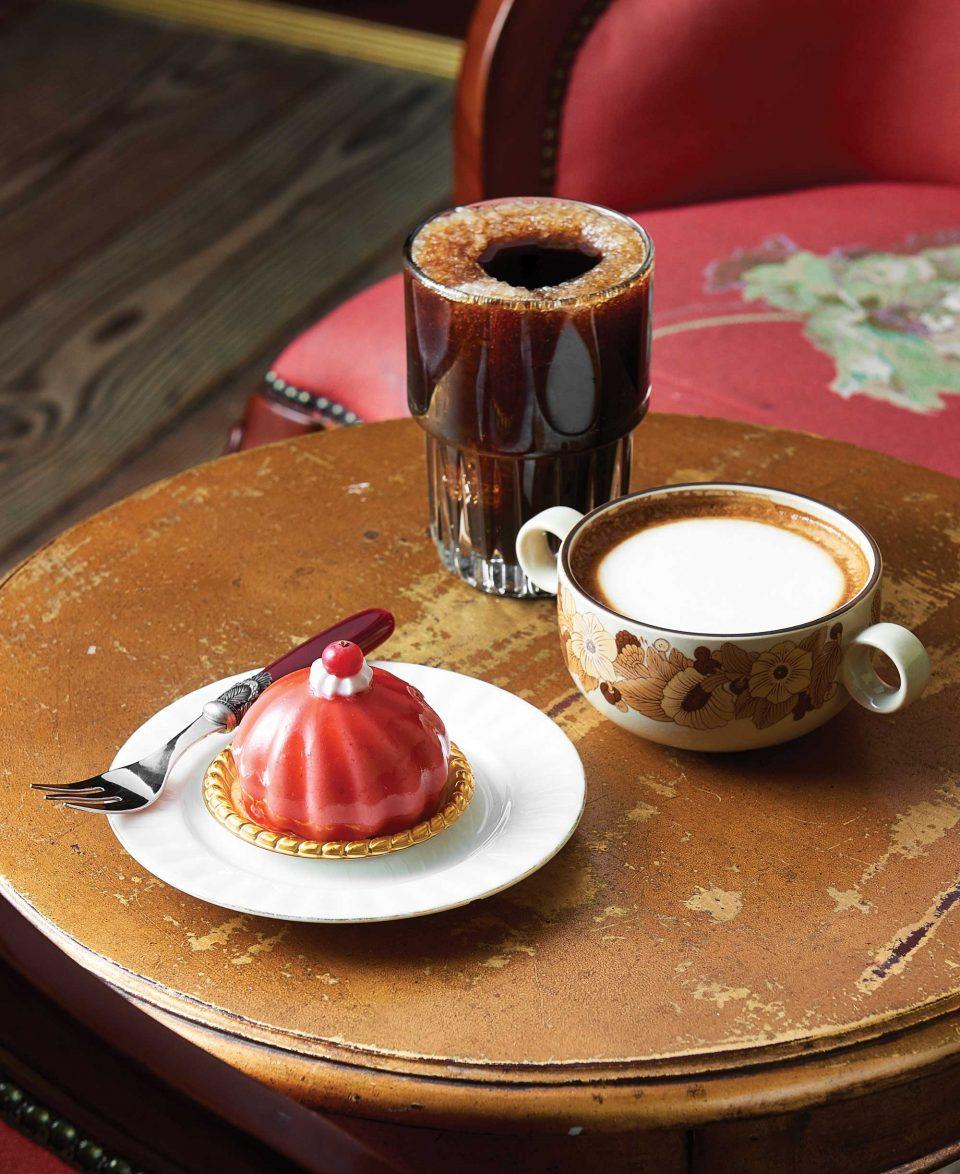 커피한약방의 시그너처인 아이스 필터커피와 카페라떼, 무스 오미자.