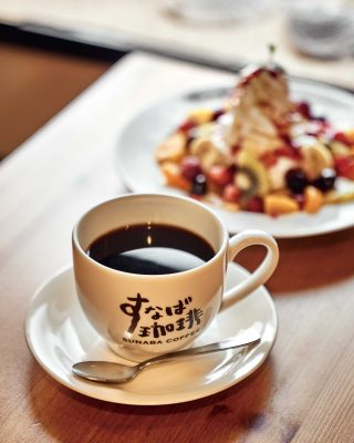 스나바 커피에서 맛본 커피와 제철 과일 팬케이크.