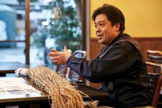 세일즈 매니저인 사노 타다시가 치요무스비 주조에 관한 설명을 하고 있다.