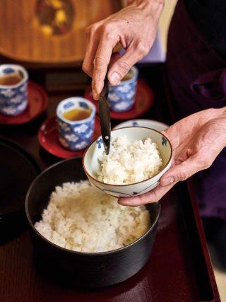 조식으로 제공된 일본 가정식. 모락모락 김이 나는 갓 지은 밥의 맛이 일품이었다.