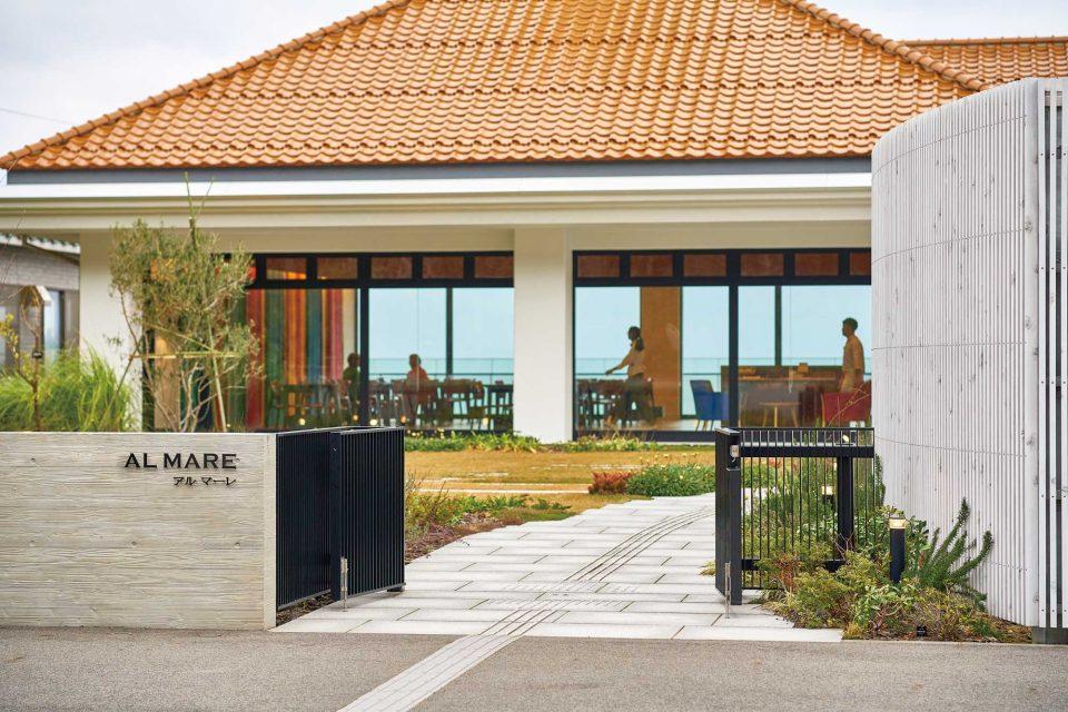 한적한 바닷가에 위치한 이탤리언 레스토랑 알 마레의 전경.