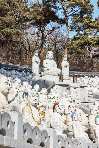 보문사의 사리탑과 오백나한. 백옥으로 조각한 오백나한은 모두 한 곳을 응시하고 있었다.