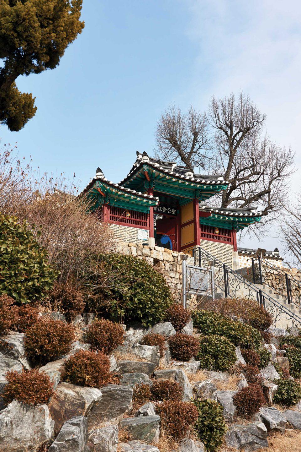 강화성당의 입구 모습. 강화읍 내에서 가장 높은 곳에 우뚝 서 있었다.