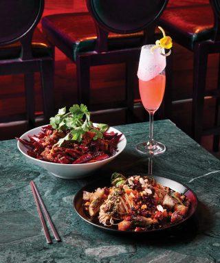 시추안 비빔면과 라즈지 사천식 닭튀김은 연태 칵테일 블로우 마이 연태와 잘 어울린다.