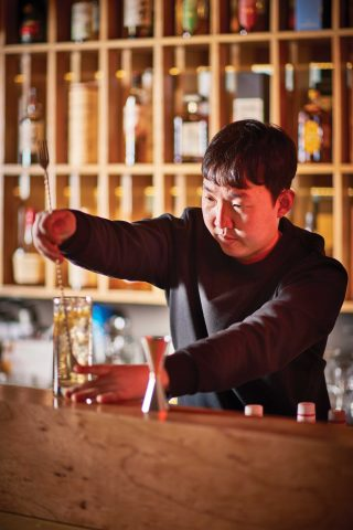 하이볼을 제조하고 있는 장민섭 대표.