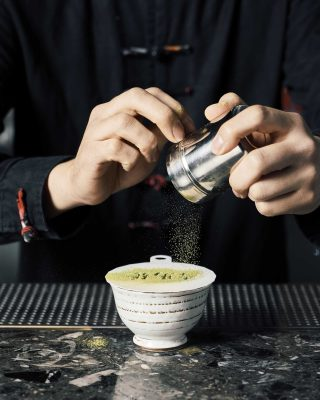 칵테일 깔루아 말차를 만들고 있는 황수빈 바텐더의 손.