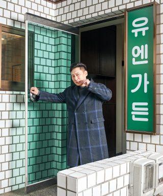 고기 생활을 마치고 흡족한 표정으로 문을 나서는 이승윤의 모습.