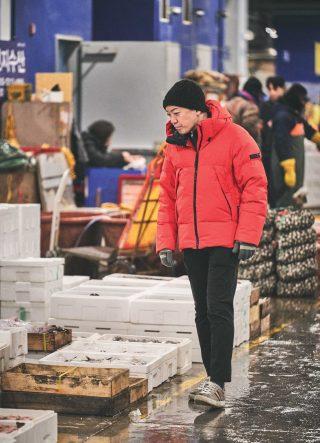 이른 아침, 노량진수산시장에 방문해 제철 식재료를 점검하고 있는 셰프.