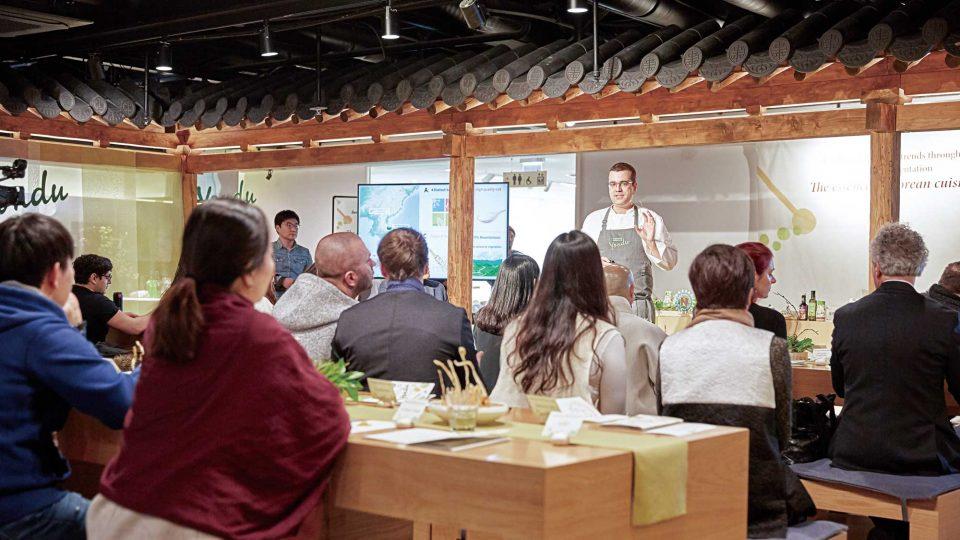 한식진흥원 한식문화관에서 주한 외국 인사들을 대상으로 특강을 진행하고 있다.