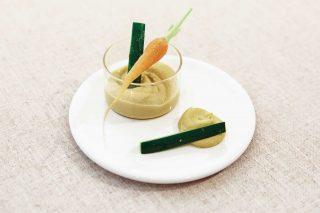 삶은 병아리콩과 레몬즙, 다진 마늘, 올리브유에 연두를 넣고 곱게 갈아 만든 후무스.