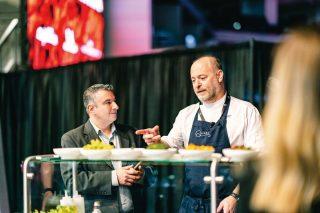샌프란시스코 미쉐린 3스타 레스토랑 퀸세의 터스크 셰프가 요리 쇼를 펼치고 있다.